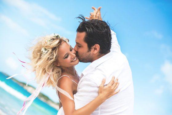 Свадебная церемония «Blanco Cielo» на пляже Хуанильо в Кап Кана
